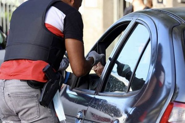 Les contrôles de police sont renforcés partout sur le territoire pour faire respecter le confinement.