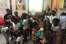 Des enfants heureux de recevoir des cadeaux de Noël