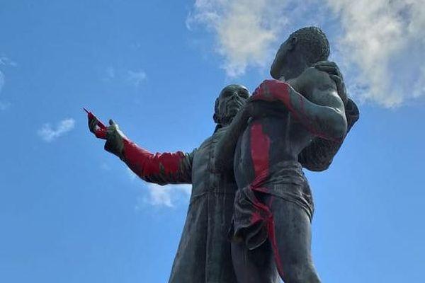 La statue de Schoelcher peinte rouge-sang