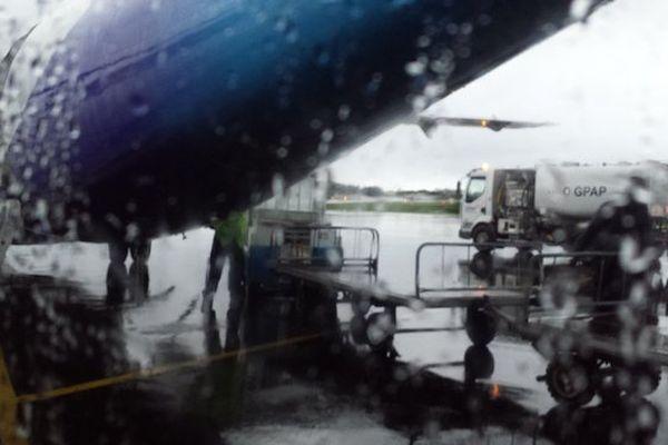 avion sous la pluie