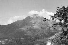 Vue sur la montagne Pelée à Saint-Pierre.