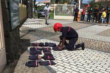 Les sapeurs pompiers déposent leur blouson et tee shirt devant la CTM