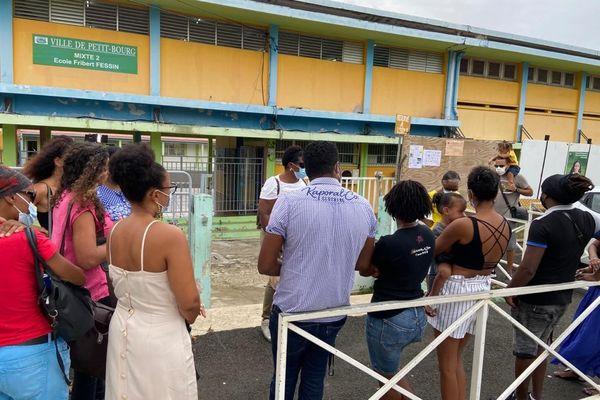Mobilisation des parents d'élèves devant l'école Fribert Fessin suite à l'arrêt de la restauration