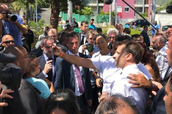 Emmanuel Macron échange avec des habitants du quartier des Camélias à Saint-Denis.