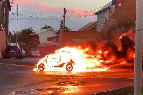incendie voiturette sans permis en feu giratoire crois jubilé terre-sainte saint-pierre 090620