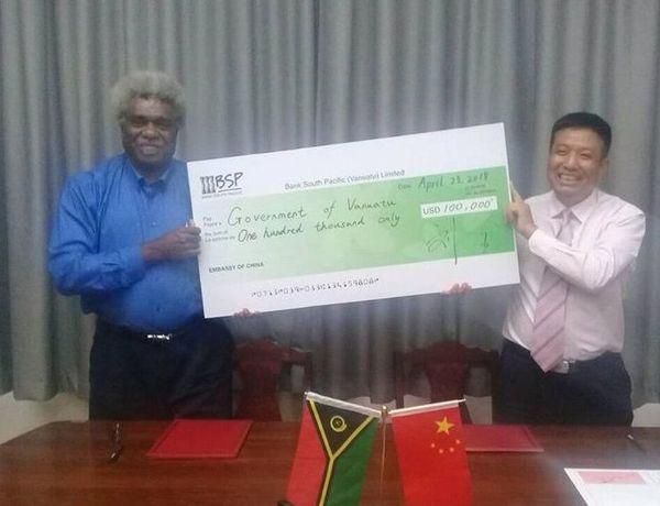 Vanuatu reçoit un chèque de la Chine pour Ambaé