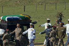 Le cercueil du premier président noir d'Afrique du Sud a été recouvert du drapeau de la nation arc-en-ciel qu'il a forgée et transporté sur un châssis de canon, escorté de militaires, noirs et blancs.