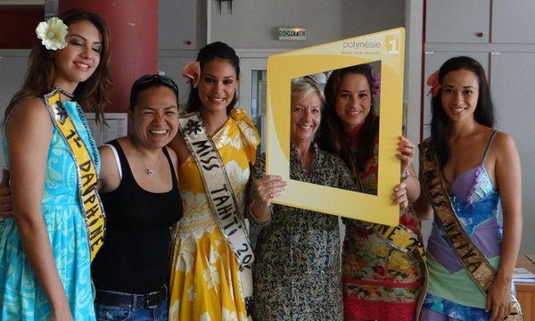 Miss Tahiti et ses dauphines à la rédaction de Polynésie 1ère