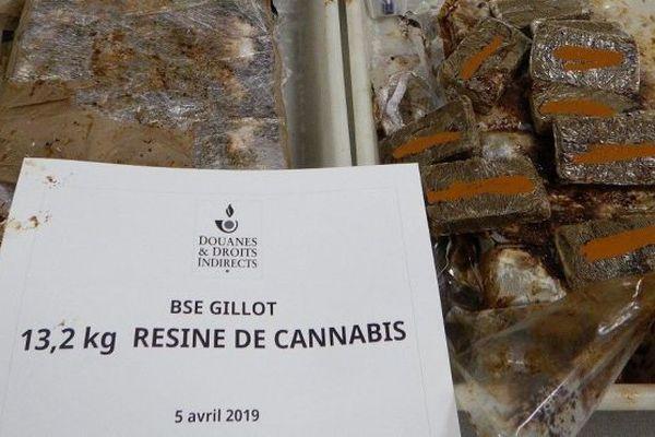 Une jeune belge a été interpellée avec 13 kilos de cannabis dans ses bagages.