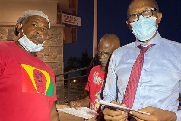 Les militants UTS-UGTG Séverin Foule et Gaby Clavier, avec leur avocat Me Patrice Tacita