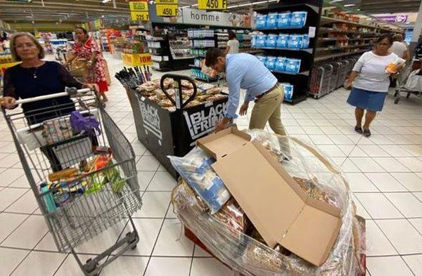 Coronavirus, courses dans un supermarché de Nouméa, 17 mars 2021