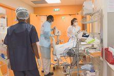 Un patient arrive dans l'unité Covid en réanimation