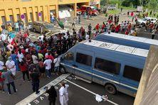Les fourgons de gendarmerie sont bloqués par les manifestants.