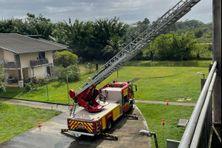 Intervention des pompiers pour mettre une bâche sur l'immeuble qui a perdu son toit à la cité Concorde