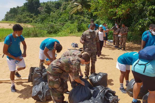 Cadets de la défenses et bénévoles nettoient la plage Gosselin à Rémire-Montjoly