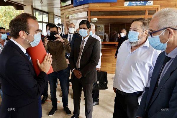 Sébastien Lecornu face aux maires de La Réunion.