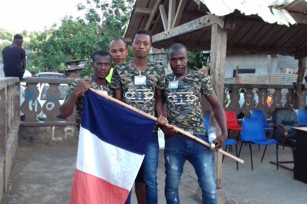 Etienne, 23 ans, au centre, pose avec ses amis et le drapeau tricolore