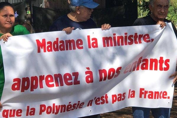Manifestation indépendantiste devant le collège Henri Hiro