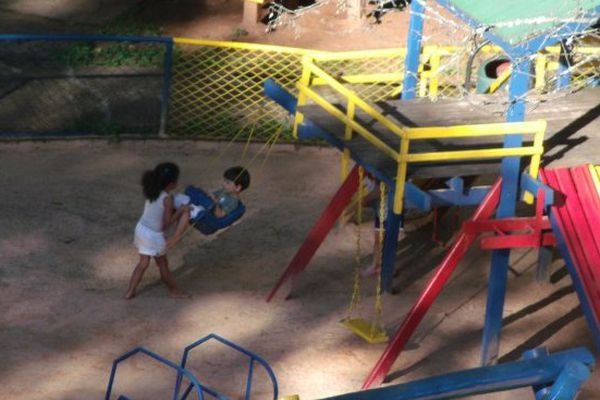 enfants dans une cour de récré