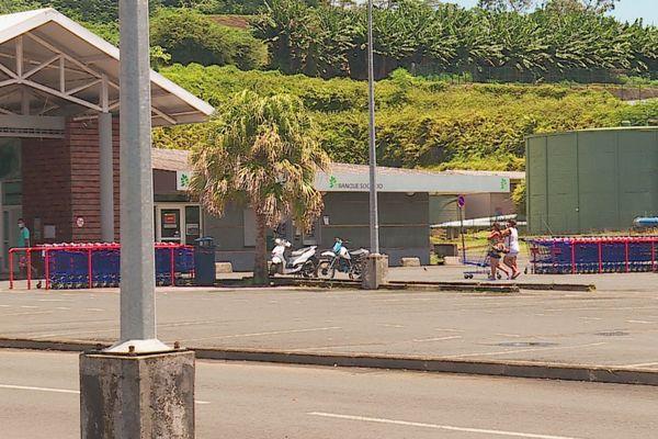 Le parking est désert à Carrefour Taravao