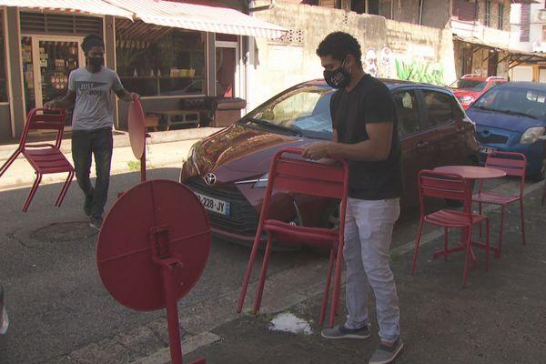 Restaurants fermés, on improvise sur les trottoirs de Cayenne