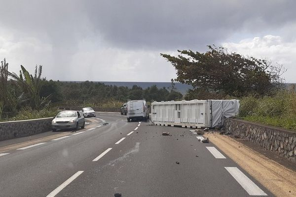 accident route poids-lourd perd son chargement Saint-Benoit 290621