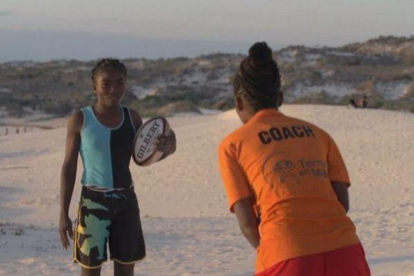 Visuel Archipels - La jeune fille et le ballon ovale
