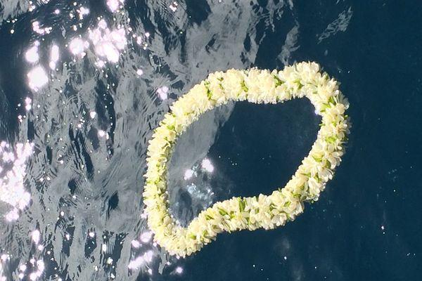 Une couronne en hommage au navigateur disparu