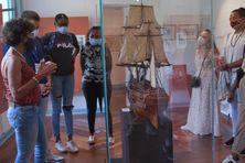 Les élèves en visite au musée de Villèle