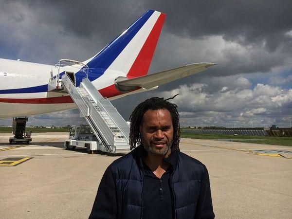 Christian Karembeu ce matin avant de décoller pour la Nouvelle-Calédonie