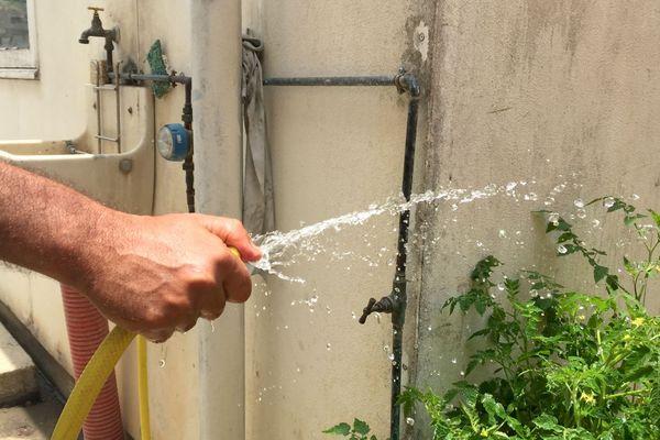 Main qui tient un jet d'eau