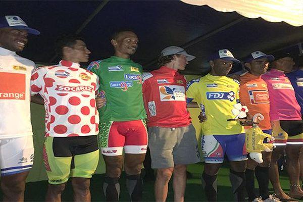 Les porteurs de maillots au départ de l'étape 9