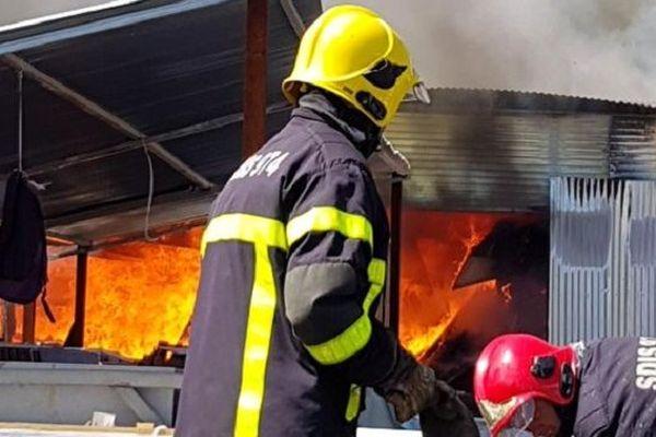 Un employé décédé et huit pompiers blessés dans l'incendie d'un dépôt à Cambaie.