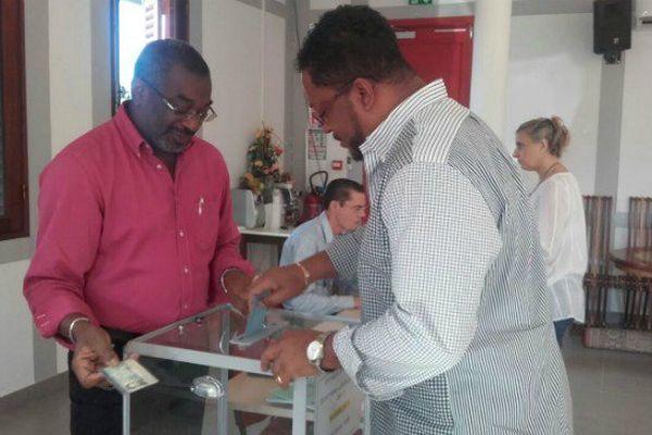 Urne et bureau de vote lors des élections législatives à Macouria en Guyane