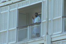Un agent de l'agence sanitaire et social lors de l'entretien d'une chambre du Méridien, à Nouméa.