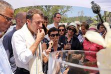Emmanuel Macron lors du pique-nique à Grand-Anse dans le sud de l'île, vendredi 25 octobre.