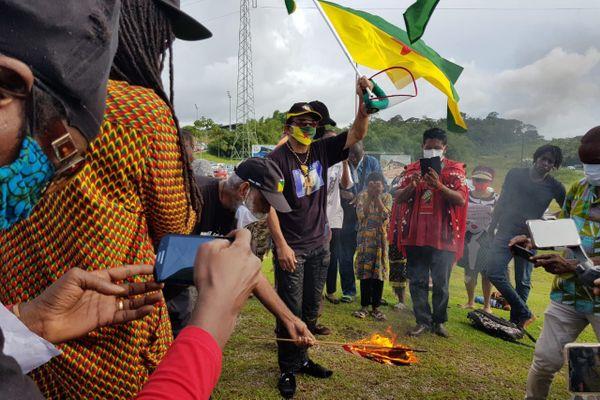 Les militants guyanais brûlent le drapeau américain le 3 juin