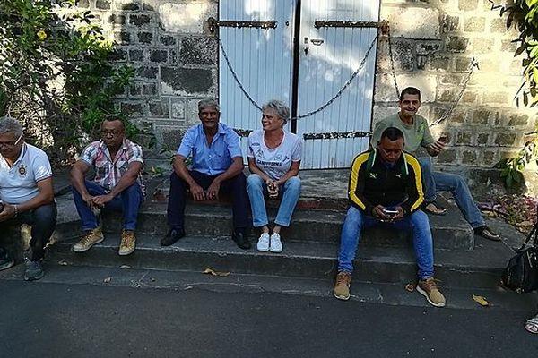 Les syndicalistes du CHU ont installé une chaîne sur les portes de la direction de Saint-Paul