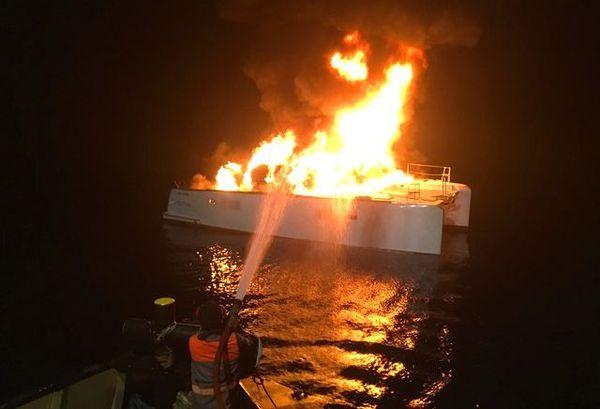 Bateau en feu, baie Mââ, Païta