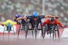 Pierre Fairbank remontant dans la finale du 800 m fauteuil T53 aux Jeux de Tokyo, le 2 septembre 2021.
