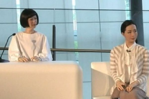 Des robots présentent le journal au Japon