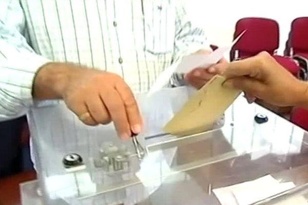 Elections municipales 2014 : enveloppe glissée dans urne