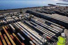 Les conteneurs s'entassent au Port-Est. (photo d'illustration).