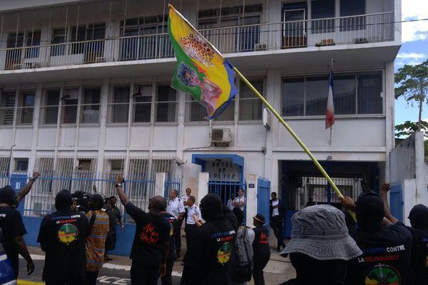 Les manifestants devant la police à Cayenne