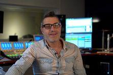 Nicolas Palcossian, opérateur du son, devant son poste de travail : la régie radio Outre-mer la 1ère