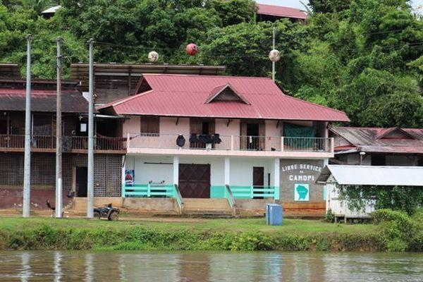Camopi au bord de la rivière Camopi