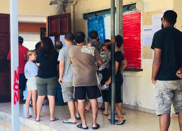 Référendum 2018, vote à Ouégoa avec drapeau bleuc blanc rouge