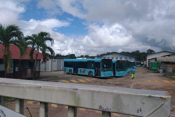 Les bus de la Semop à l'arrêt