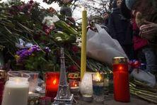Le jour d'après. Des milliers d'hommages sur les lieux de l'horreur