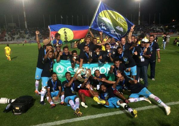 Hienghène Sport au complet célèbre la première victoire calédonienne en O'League.